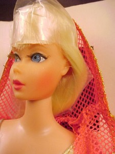 1117~Dramatic New Living Barbie~Blonde~closeup